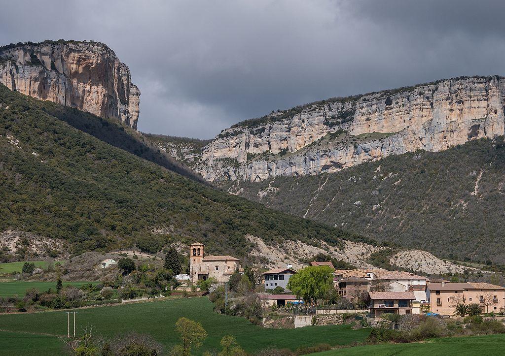 Vista general del pueblo de Ollobarren y al fondo los cortados de la sierra de Lóquiz