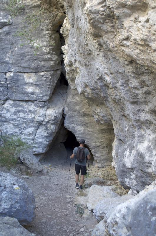 Montañero llegando a la boca de la cueva llamada Ojo de Ollo
