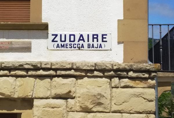 Cartel con el nombre del pueblo, que reza Zudaire Améscoa Baja