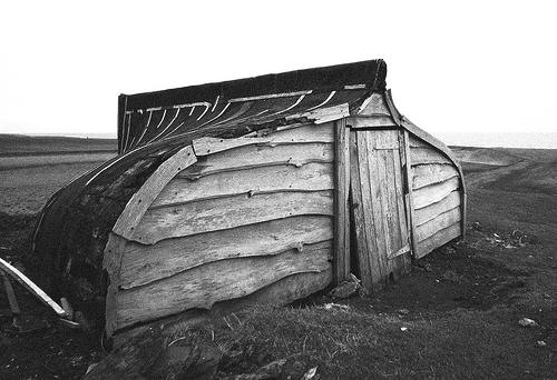 Foto de una cabaña hecha con el casco de un barco (Lindisfarne, UK)