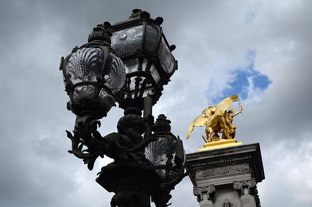 Lampadaire et sculpture en bronze doré du Pont Alexandre III (Paris)